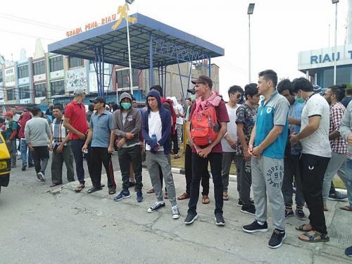 Ratusan imigran berunjuk rasa di depan kantor UNHCR di Pekanbaru (Foto: Banda/Okezone)
