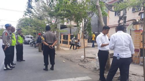 Polisi jaga asrama mahasiswa papua di Makassar Foto: Herman
