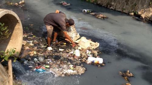 Kali di Bekasi Timur, Kota Bekasi, Jawa Barat Dipenuhi Sampah (foto: Wijayakusuma/Okezone)
