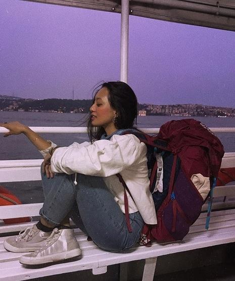 Perempuan duduk di kapal