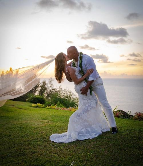 Dwayne Johnson akhirnya menikahi Lauren Hashian yang telah dipacarinya selama 12 tahun. (Foto: Instagram/@therock)