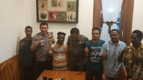Wakil Wali Kota Malang Sofyan Edi Jarwoko bersama Kapolres Malang Kota AKBP Asfuri mengadakan pertemuan dengan sejumlah mahasiswa Papua (foto: Avirista M/Okezone)