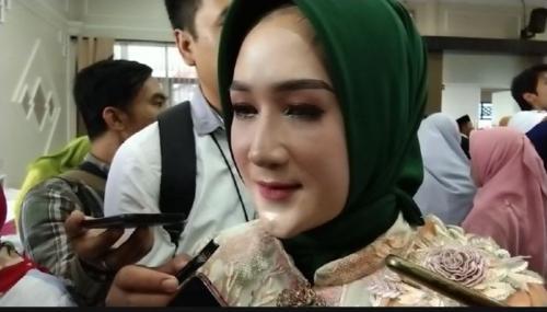 Alfiatun Khasanah (24) Dilantik Jadi Anggota DPRD Kabupaten Banyumas (foto: Saladin Ayyubi/iNews.id)