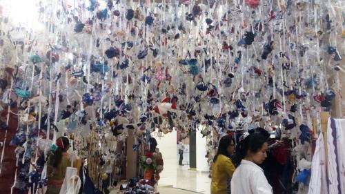 Salah satu instalasi paling unik adalah tumpukan botol plastik yang sudah menjadi sampah, digantung serta dibentuk di satu area.