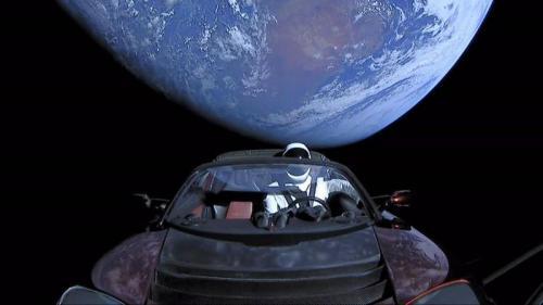 Tesla Roadster mengorbit matahari