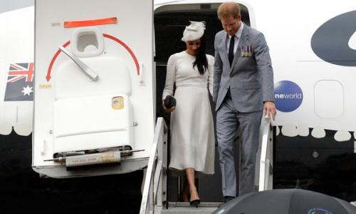 Laki-laki dan perempuan di tangga pesawat
