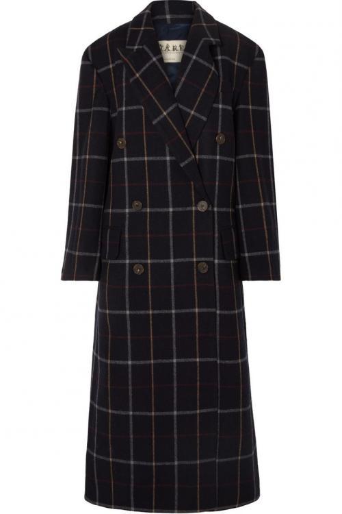 Pilih coat tartan dengan siluet potongan double-breasted, agar terlihat sama dengan coat tartan Burberry andalan Meghan.
