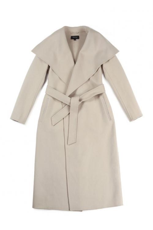 Salah satu pilihan andalan Meghan saat mengenakan coat, trench coat klasik yang bisa membuat penampilan auto-ultar chic.