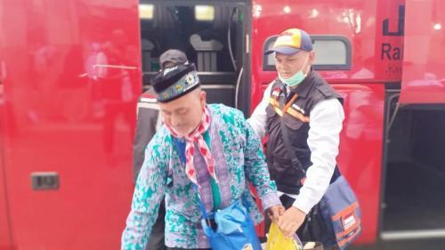 Kloter embarkasi Surabaya awali kedatangan jamaah haji gelombang II. (Foto : Widi Agustian/Okezone)