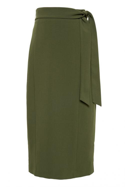 Selain suka bergaya smart look dengan mengenakan trousers, Meghan juga kerap memilih rok sebagai bawahan.
