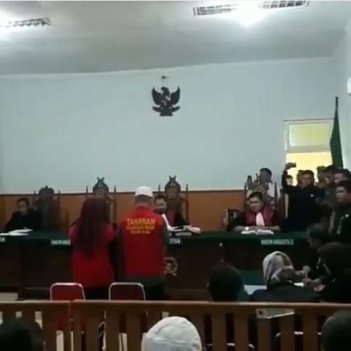 Sidang Pembacaan Vonis Terhadap Tika Herli (33) dan Riko Apriadi (18) di Pengadilan Negeri kota Pagaralam, Selasa 20 Agustus 2019 (foto: Instagram/@pagaralamterkini)