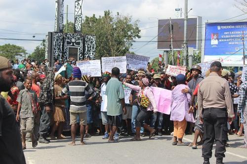 Unjuk rasa di Mimika berujung ricuh (Foto: Saldi/Okezone)