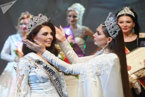 Mrs Russia Globe terbaru memakai tiara