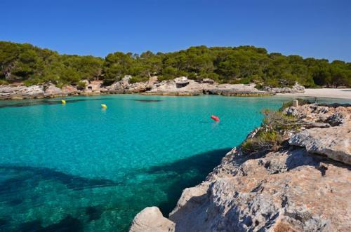 Musim semi dan musim gugur juga merupakan waktu yang tepat untuk mengunjungi Pulau Menorca.