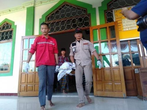 Jasad Ari Rivaldo (16) Santri Ponpes Mambaul Ulum di Kabupaten Mojokerto (foto: Avirista Midaada/Okezone)