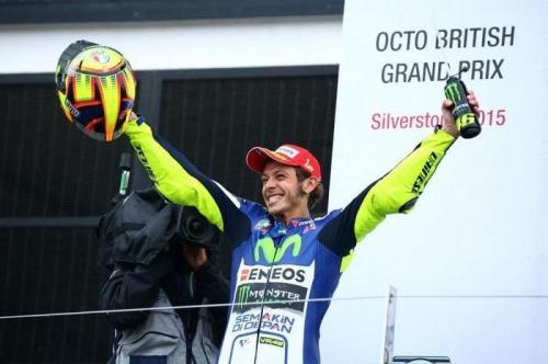 Valentino Rossi naik podium