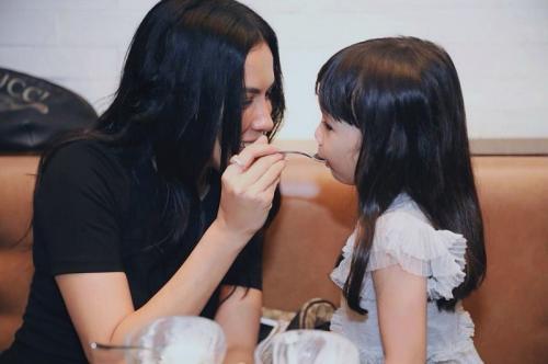 Kedekatan Sophia Latjuba dengan Gempi, anak Gading Marten. (Foto: Instagram/@gadiiing)