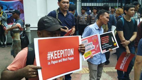 Kementerian Komunikasi dan Informatika (Kominfo) telah melakukan pemblokiran layanan akses internet di Papua dan Papua Barat.