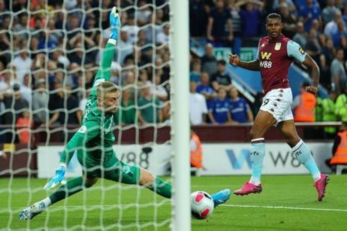 Wesley berhasil menaklukkan Jordan Pickford (Foto: Premier League)