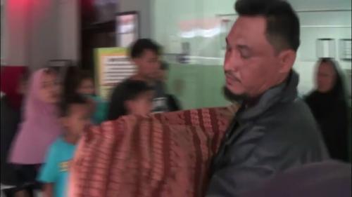 Jenazah Korban Tenggelam Digendong hingga Rumah Duka karena Ditolak Ambulans di Puskesmas Cikokol, Tangerang (foto: Youtube/Tangerang Keren)