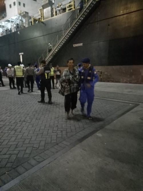 Evakuasi Penumpang KM Santika Nusantara Terbakar di Perairan Masalembu, Kabupaten Sumenep, Madura, Jawa Timur. (foto: Okezone.com/Syaiful Islam)