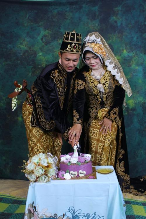 Destoko (26) Menikahi Rusmiati (50) di Cilongok, Banyumas, Jawa Tengah (foto: Saladin Ayyubi/iNews)