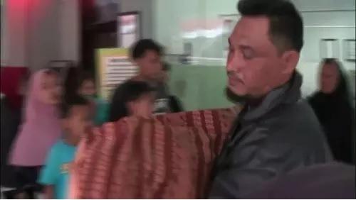 Paman gotong jenazah keponakannya setelah pihak Puskesmas Cikokol menolak mengantarkan menggunakan ambulans. (Youtube/Tangerang Keren)