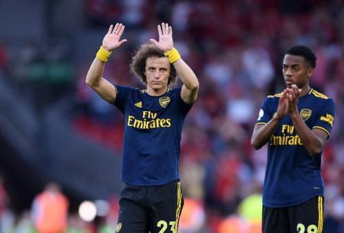 Aksi David Luiz ketika mempertahankan Arsenal
