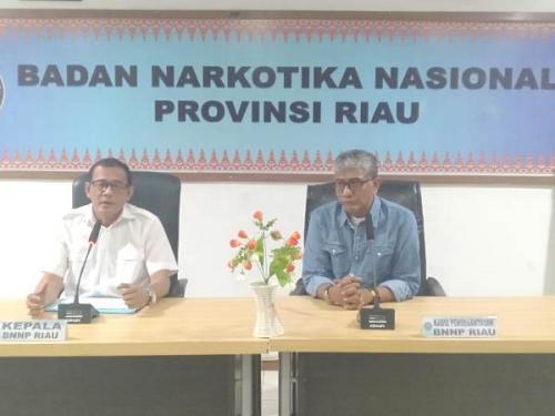 Kepala BNNP Riau, Brigjen Subagyo (kiri) dan Kabid Pemberantasan BNNP Riau, Kombes Iwan. (Foto : Okezone.com/Banda Haruddin Tanjung)