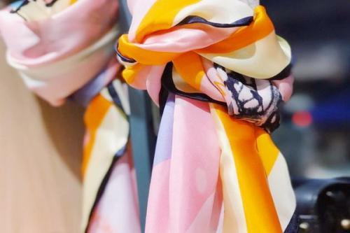 Kain sutra sangat nyaman untuk digunakan sebagai syal, piyama, dan pakaian lainnya
