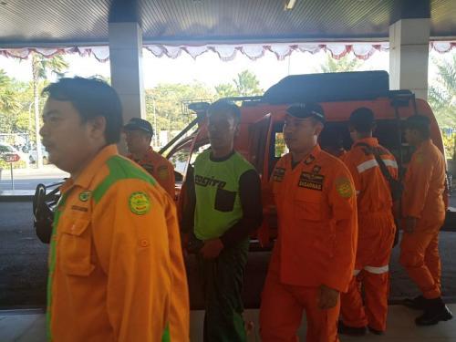 Dua penumpang KM Santika Nusantara selamat ditolong nelayan (Foto: Humas Kantor SAR Surabaya)