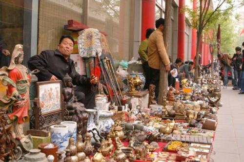 Untuk kamu yang memiliki hobi koleksi barang antik, kamu harus mengunjungi Pasar Antik Liulichang