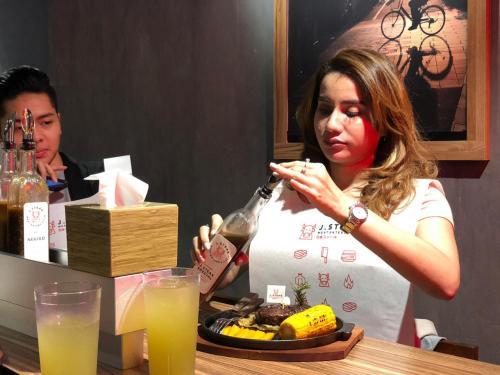Perempuan makan daging