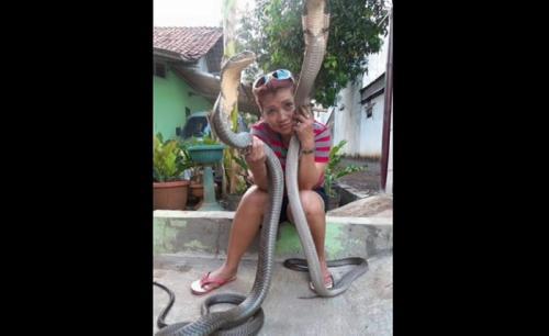Perempuan memegang ular