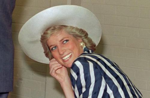 Putri Diana Pakai Topi