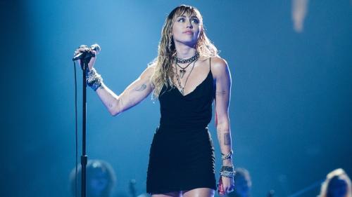 Miley Cyrus diserang penggemarnya saat konser di Australia. (Foto: Allure)