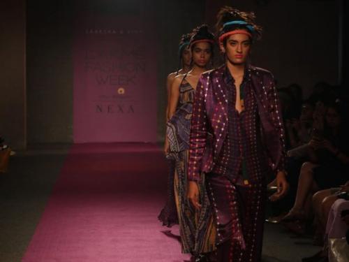 Berbicara tentang tren rambut, yang terlihat pada hari pertama Lakme Fashion Week