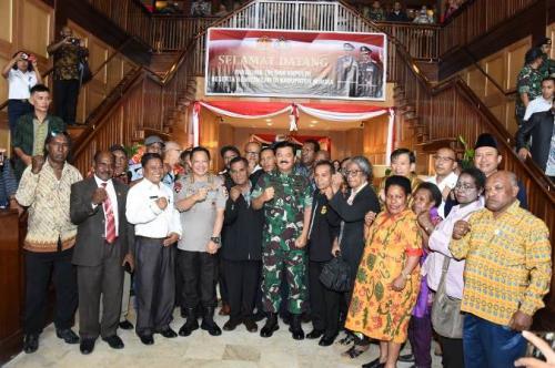 Panglima TNI Marsekal Hadi Tjahjanto dan Kapolri Jenderal Tito Karnavian saat tatap muka dengan Forkopimda, tokoh adat, agama, dan masyarakat Papua di Timika, Rabu (28/8/2019). (Foto : Puspen TNI)