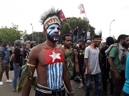 Salah satu demonstran mengecat badannya dengan gambar bendera Bintang Kejora (Foto: Okezone.com/Achmad)