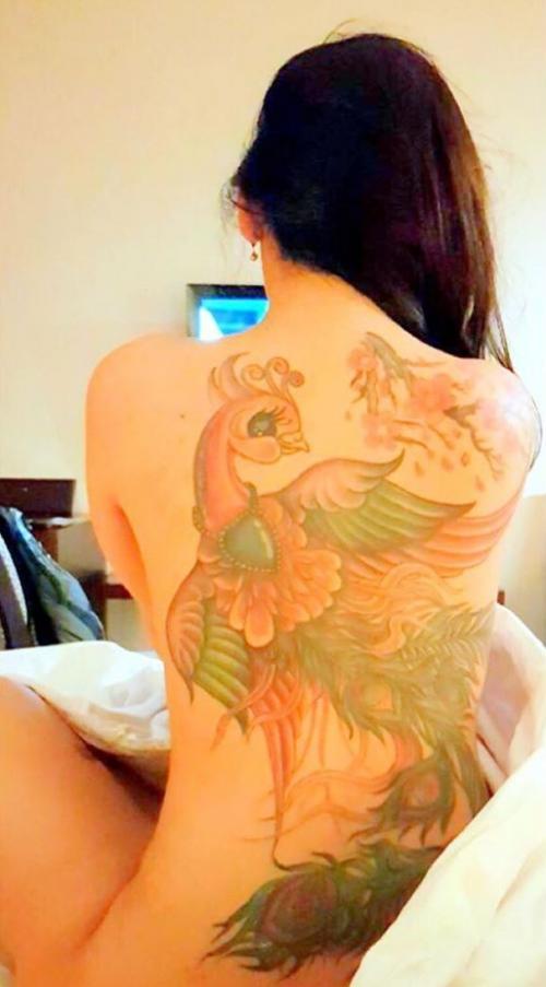 Bebby Fey tunjukkan tato di punggungnya