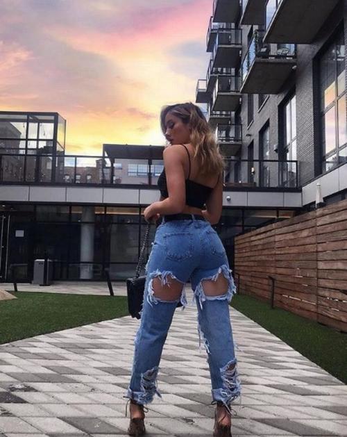 Perempuan memakai celana jeans
