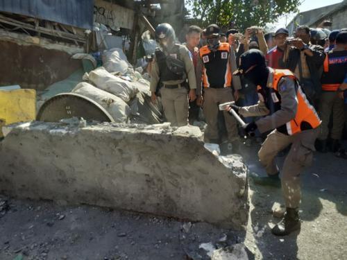 Satpol PP Kota Surabaya Bongkar Tembok yang Blokir Jalan Tambak Wedi Baru (foto: Okezone.com/Syaiful Islam)