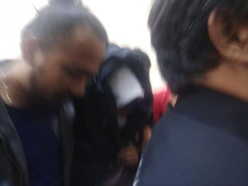 Aulia Kesuma, Otak Pembunuhan Ibu dan Anak Tiri Tiba di Polda Metro Jaya (foto: Dok Okezone.com/M Rizky)