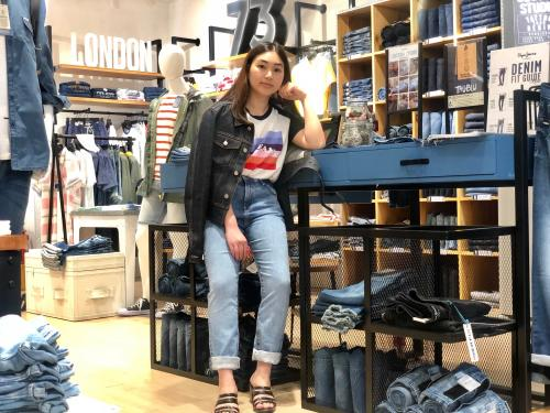 Perempuan pakai jeans