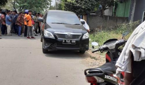 Mayat pria terbakar ditemukan dalam mobil di Bekasi. (Foto : Okezone.com/Wijayakusuma)
