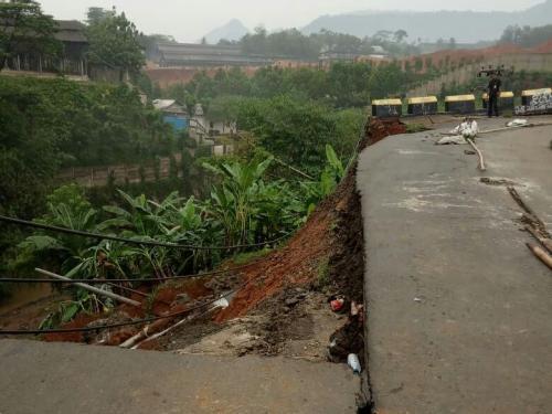 Jalan Raya Cibodas-Rumpin Longsor Sepanjang 20 Meter (foto: Okezone.com/Putra RA)