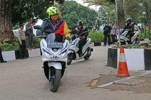 Airlangga Hartarto Naik Honda PCX Listrik