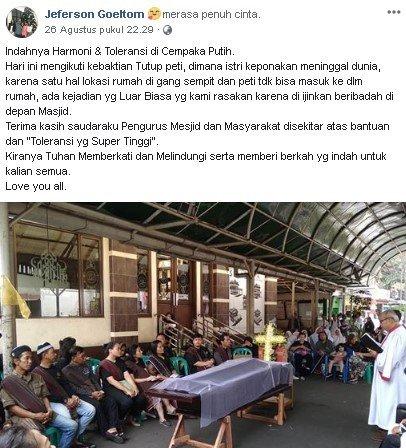 akhirnya mempersilakan keluarga jenazah untuk melakukan kebaktian di halaman masjid setempat.
