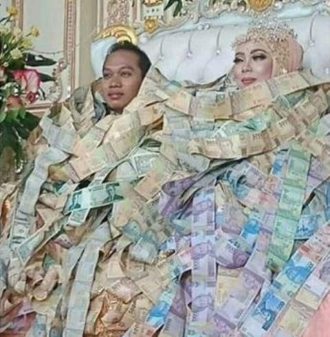 Pengantin dengan Balutan Uang