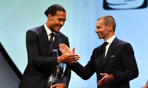 Presiden UEFA serahkan trofi Pemain Terbaik Eropa 2018-2019 kepada Van Dijk